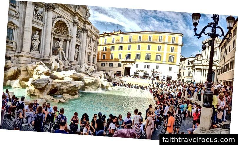 Một đám đông tụ tập quanh Đài phun nước Trevi ở Rome, nơi đã cấm hầu hết các xe máy từ trung tâm thành phố của nó để giảm bớt tình trạng quá tải. Tín dụng hình ảnh: Indegerd / Shutterstock