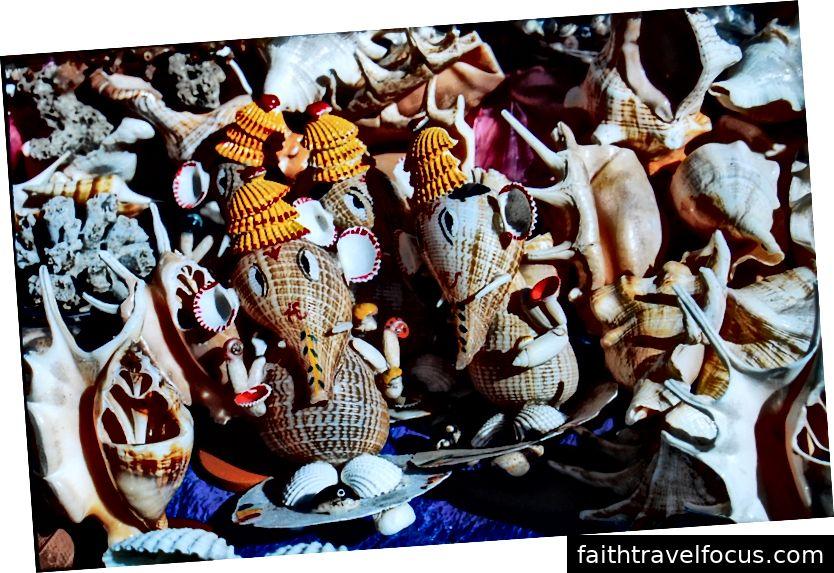 Bức tượng thần Ganesha làm từ vỏ sò được bán xung quanh Đền Dwarkadhish