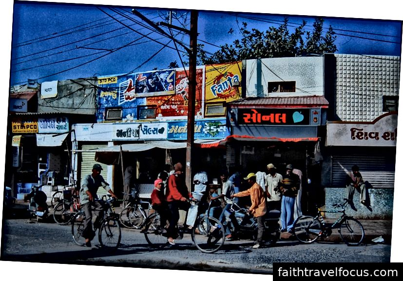 Cửa hàng Paan bên ngoài trạm xe buýt Porbandar