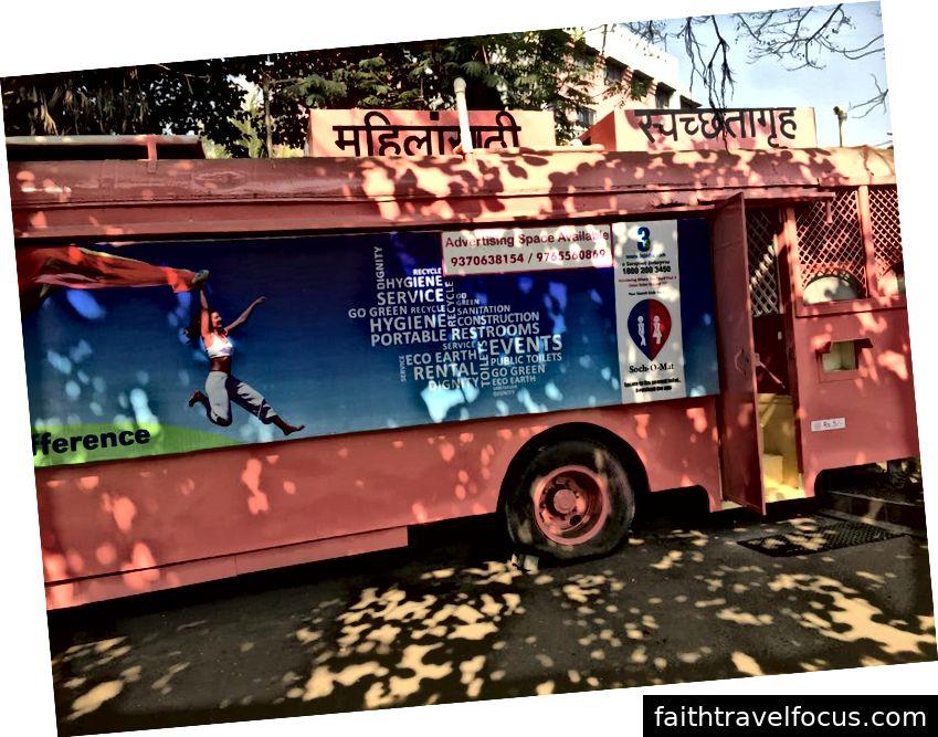 Xe buýt phế liệu được sử dụng làm Nhà vệ sinh, tín dụng: Aanchal Pundir