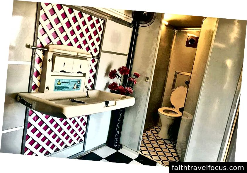 À l'intérieur des toilettes en bus de ferraille, crédit: Aanchal Pundir