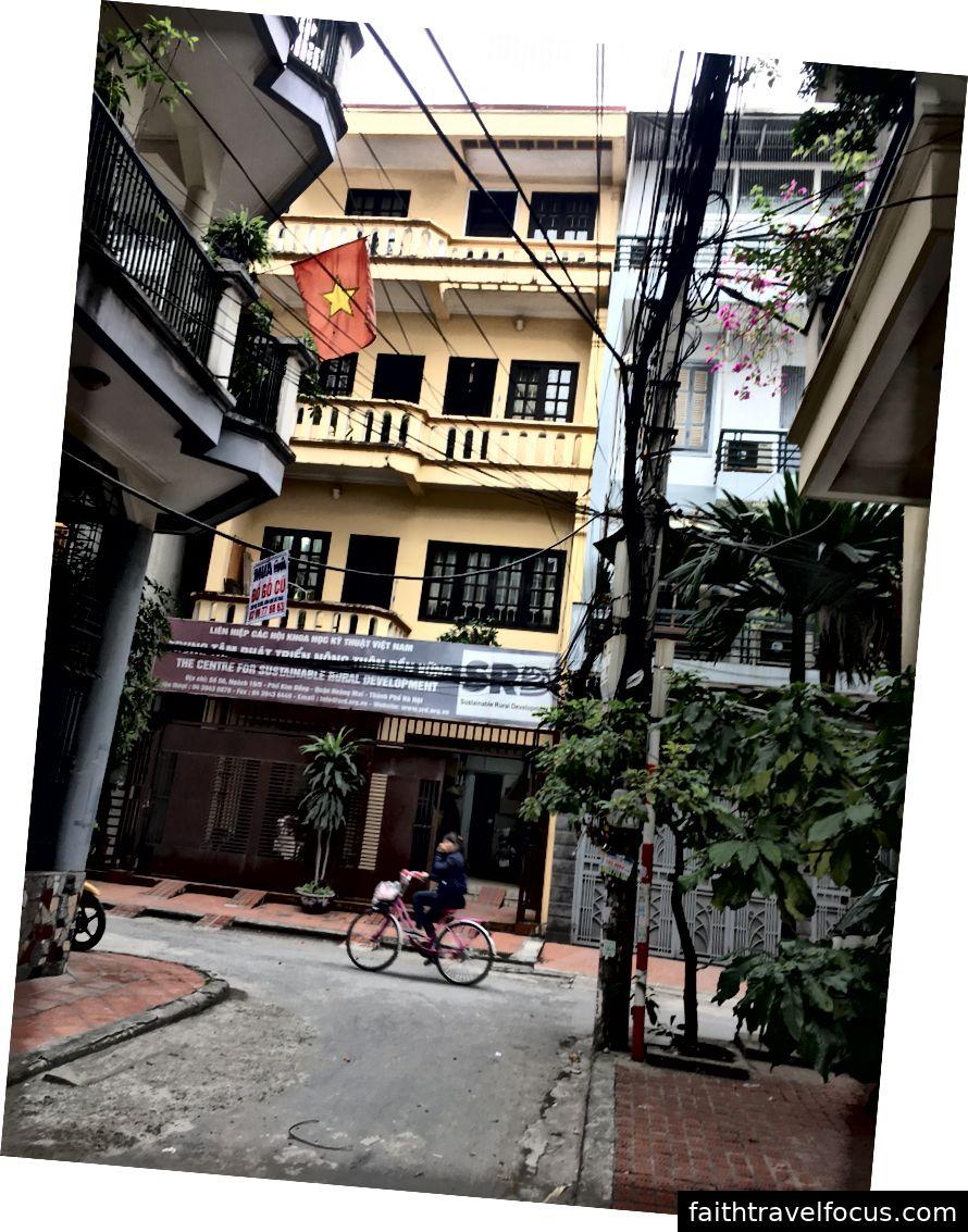 Một chiếc xe đạp đi ngang qua văn phòng của tôi trong một buổi sáng yên tĩnh © Thuận Sarzynski