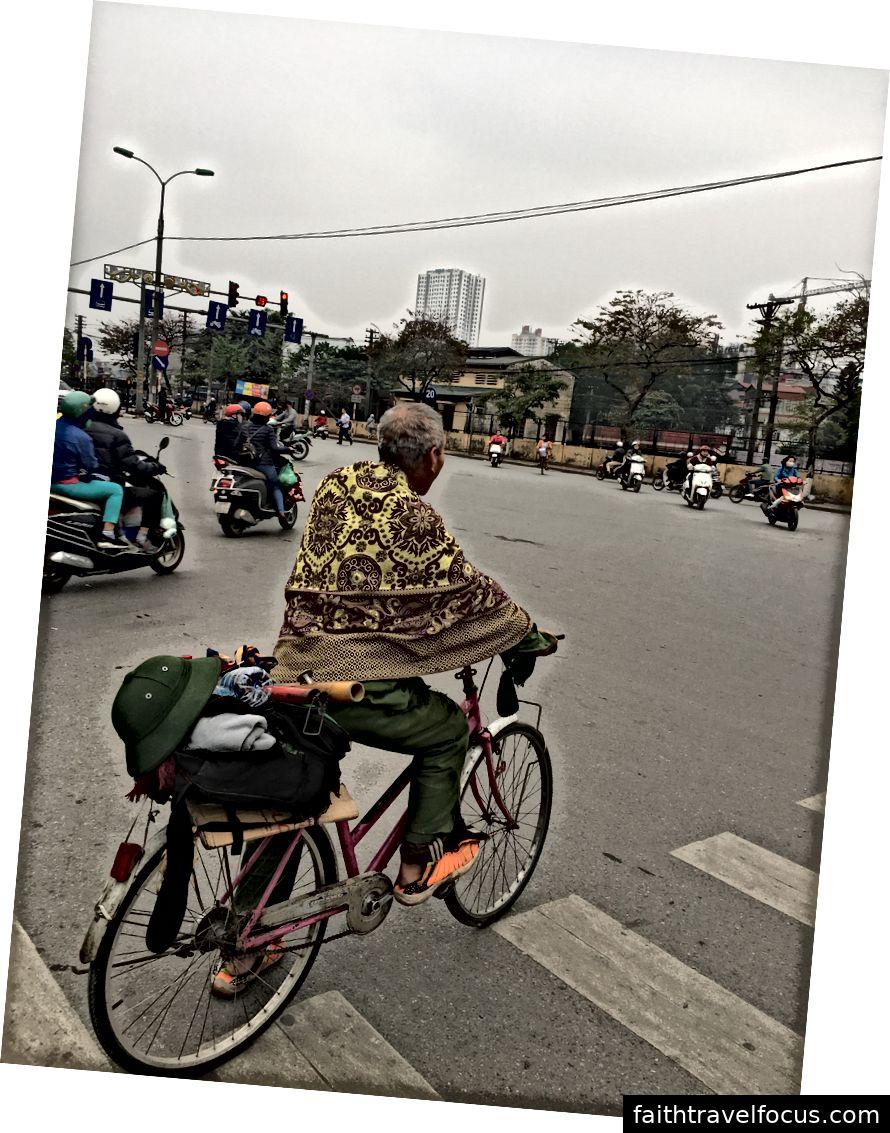 Một chiếc xe đạp hoa (trái) và một biker cũ (phải) © Thuận Sarzynski