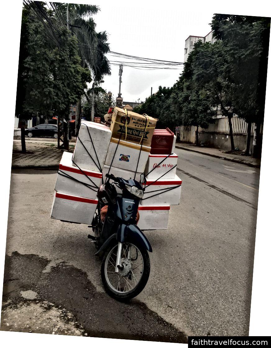 Khi không có ô tô để chở đồ, có xe máy © Thuận Sarzynski