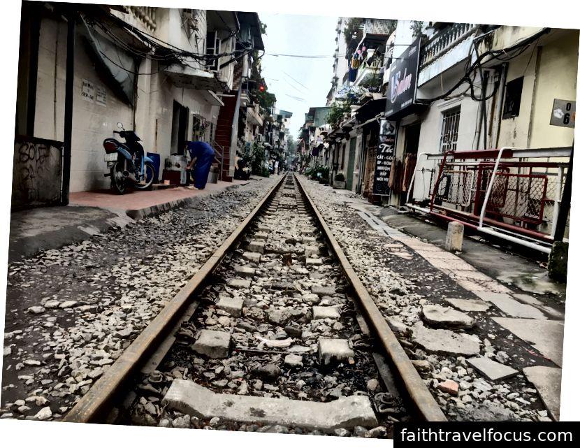 Một tuyến đường sắt ở giữa đường © Thuận Sarzynski