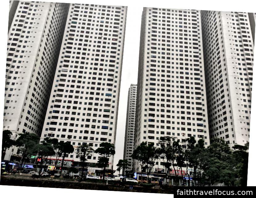Các tòa nhà hiện đại vừa mới đến thị trấn © Thuận Sarzynski