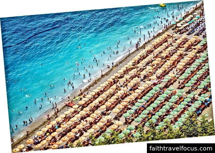 Bãi biển quá đông đúc tại Positano, Ý