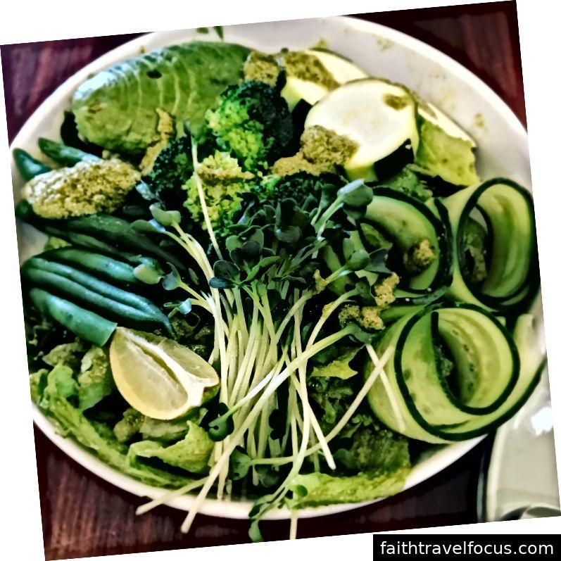 Một món salad thuần chay tại Mr. Farmer, Roppongi Hills
