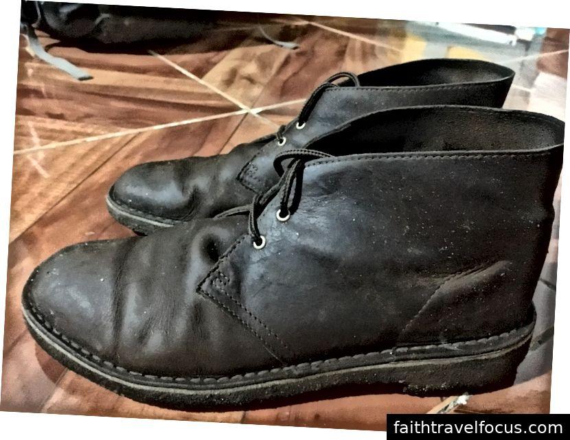 Ở đây, một bức ảnh chụp đôi giày của tôi sau khi tôi bị bắt trong 2 giờ mưa trên đường phố Santa Marta. Như bạn có thể thấy, chúng trông khá ẩm ướt. Nhưng chân tôi vẫn khô ráo, ngay cả sau khi tôi đi qua những con đường ngập nước, nhờ vào việc chống thấm nước mà tôi đã áp dụng.