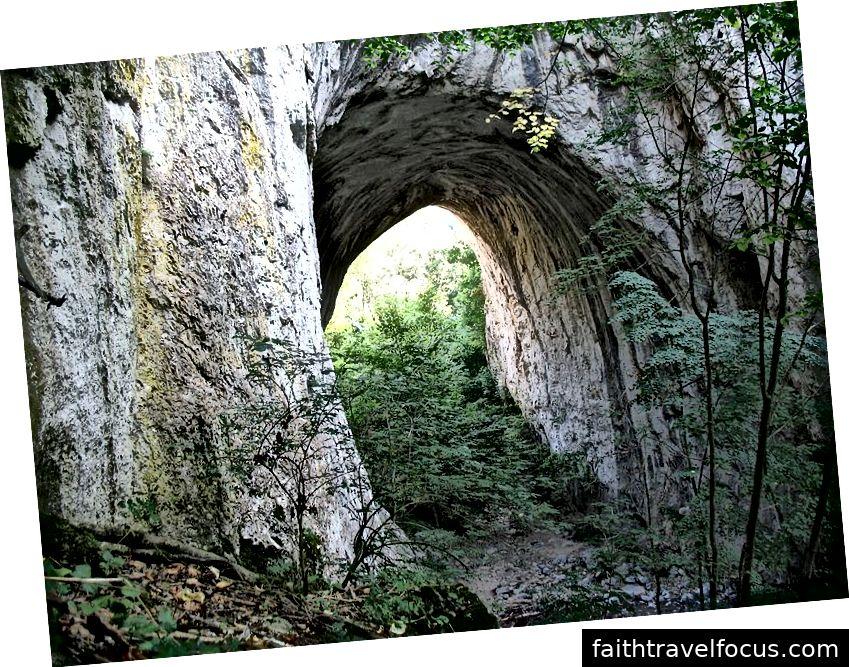 Um dos portões da Pedra Vratna. Imagem por CrniBombarder !!! (CC BY-SA 3.0)