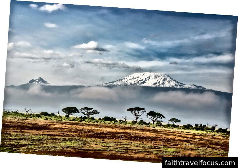 Pandangan Gunung Kilimanjaro dari pangkalannya. Gambar oleh Sergey Pesterev pada Unsplash