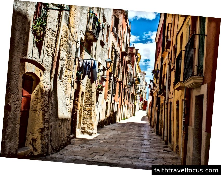Počnúc južným Francúzskom východne od Pyrenejí, 500-míľová katolícka pútnická trasa priviedla ľudí z celej západnej Európy do galicijského mesta Santiago de Compostela od začiatku stredoveku.