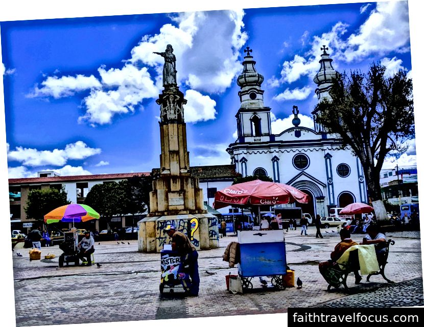 Jeden z mnohých krásnych a rušných námestí v Ipiales.