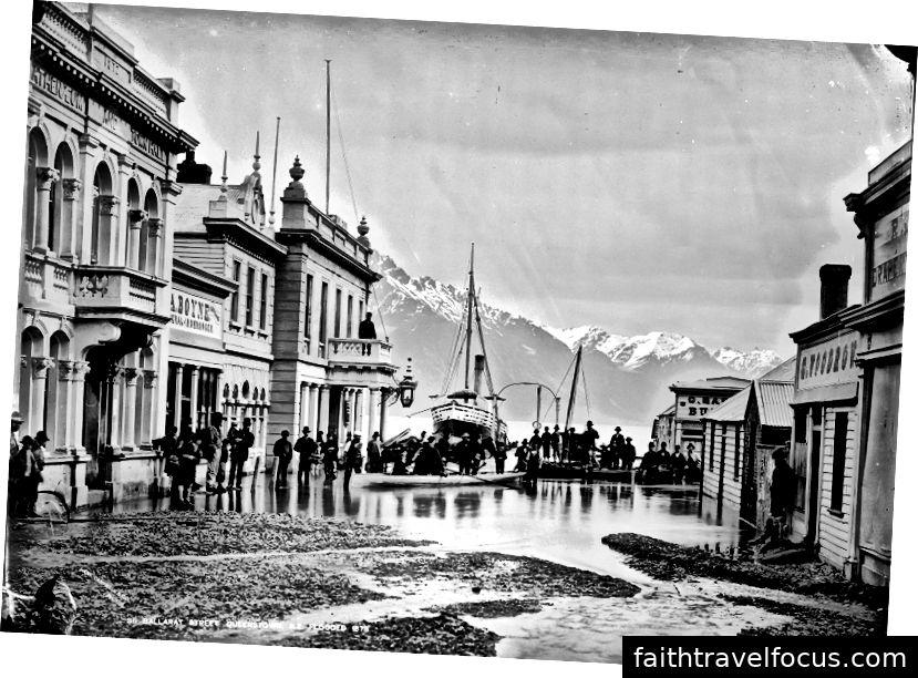 Boomtown Queenstown: nižšia ulica Ballarat, teraz Queenstown Mall, 1878. Te Papa Tongarewa (Múzeum Nového Zélandu), Ballarat Street, Queenstown, NZ, zaplavené 1878, 1878, Queenstown, William Hart, Hart, Campbell & Co. 1943. Registračné číslo C.014174. V čase písania si môžete bezplatne stiahnuť 21 MB verziu tejto zarážky z https://collections.tepapa.govt.nz/object/18969