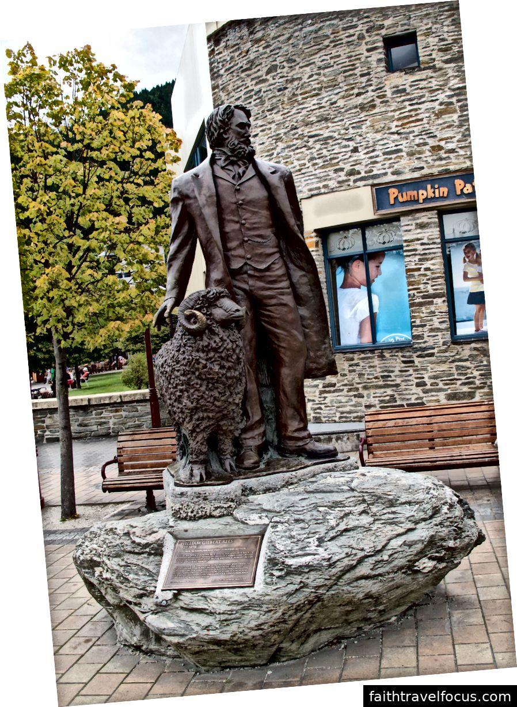 Pamätník Williama Reesa na nábreží Queenstownu. Foto: Tony Graham, 13. február 2011, CC-BY-SA 2.0 cez Wikimedia Commons.