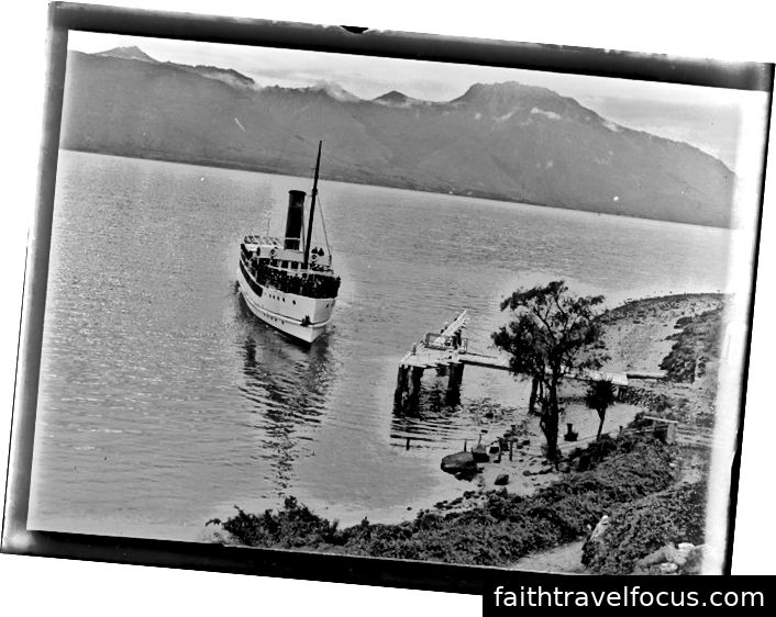 Earnslaw sa blíži k mólu pri jazere v roku 1917. Fotografia Williama Williamsa, národná knižnica Nového Zélandu 1 / 4–055997-G