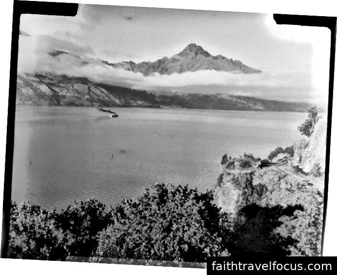 Earnslaw v máji 1954, prevzatý z teraz-predmestskej oblasti, kde žijem. Walter Peak je v pozadí. Národná knižnica Nového Zélandu Whites Aviation Collection, WA-35611-F