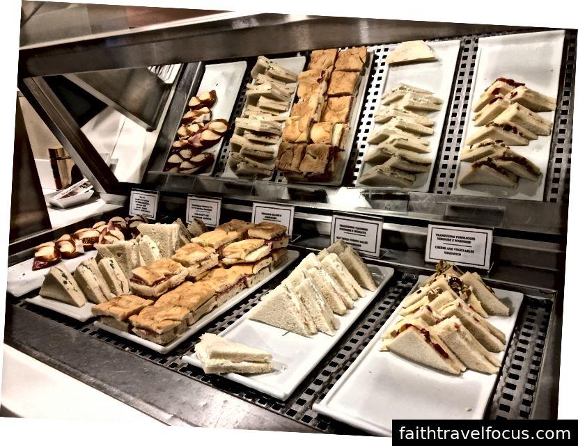 Bon choix de mini-sandwiches (y compris les options végétariennes)