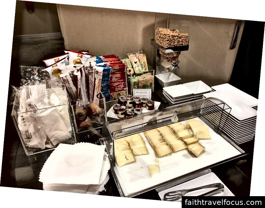 Trois sortes de fromages italiens et des friandises pour le petit-déjeuner