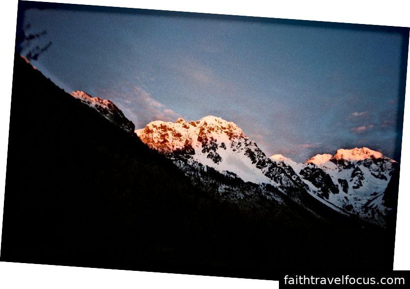Темне сяйво гір. Ми прокинулися рано, побігли назовні та побачили сонце вперше.