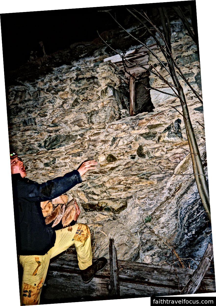 Ми повинні були переконатися, що у нас достатньо дрова, щоб утримати нас теплими протягом ночі. Кидати дерева зсередини через вікно. Особа Андрія насолоджувалася працею
