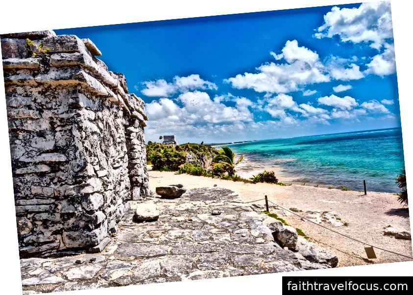 Mayaruinen nahe bei dem Ozean in der alten Stadt von Tulum in Mexiko