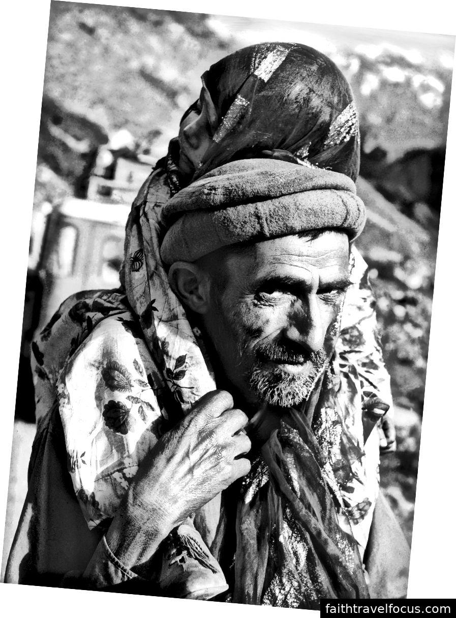 Auf einer Schotterstraße bei Tora Bora.