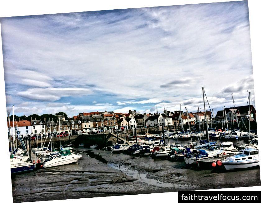 Il porto di Anstruther; le barche spiaggiate sono uno spettacolo comune a causa dei drammatici cambiamenti delle maree di Fife.