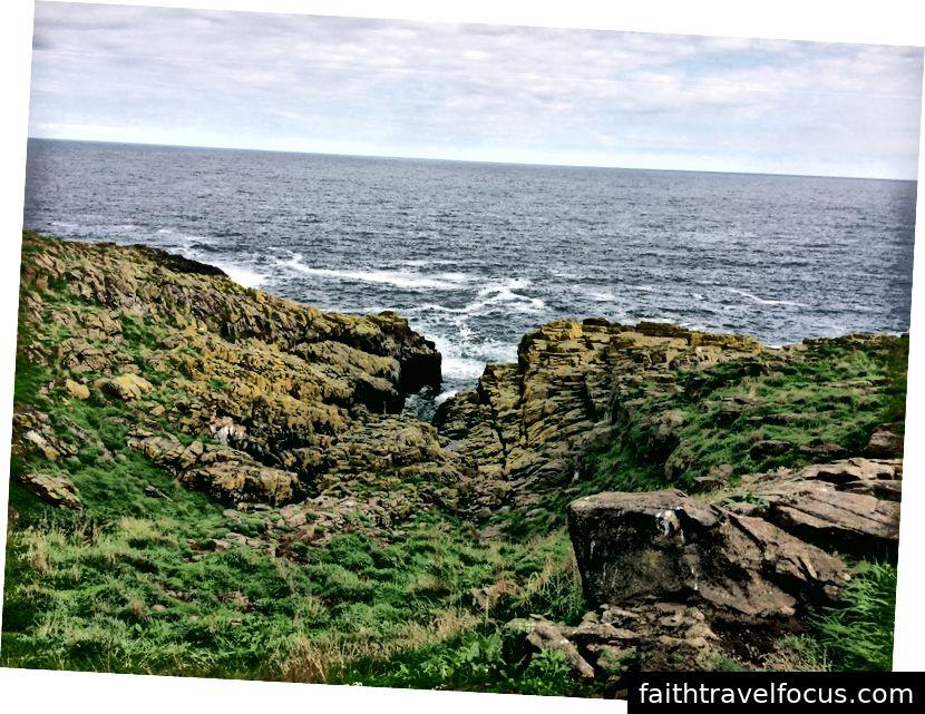 I colori inaspettati di un paesaggio altrimenti accidentato sull'isola di maggio.