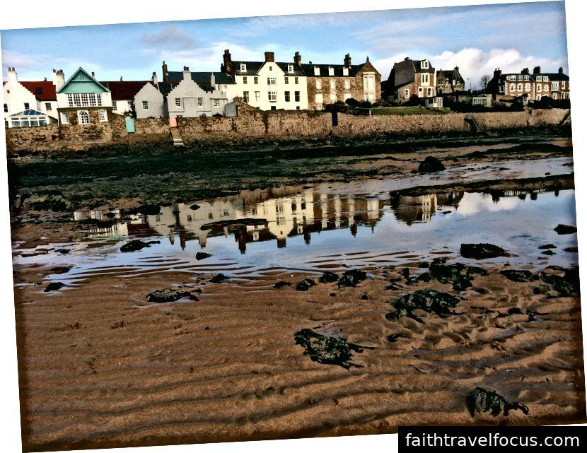 Le case sul mare di Elie lungo la baia con la bassa marea.