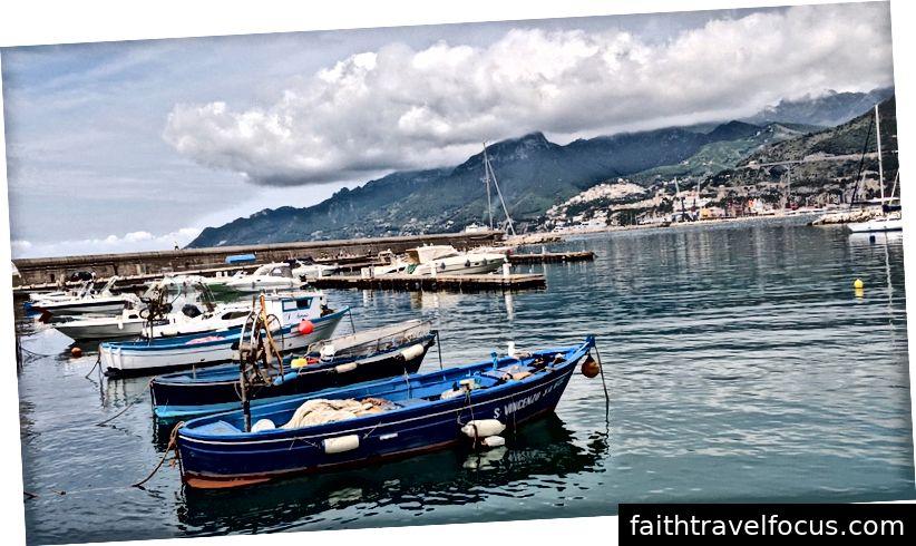 A sinistra: Positano (vista dalla fermata dell'autobus di Sponda) | Centro: vista dal bus da qualche parte tra Positano e Amalfi | A destra: barche al molo Concordia di Salerno