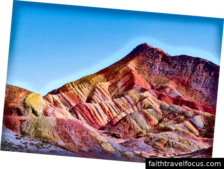 Danxia tähendab roosilist pilve, mis sobib kohale selle ümbritseva punase värviga.