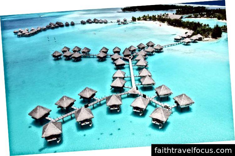 Saar asub Papeetest loodes umbes 230 kilomeetri (143 miili) vetes.