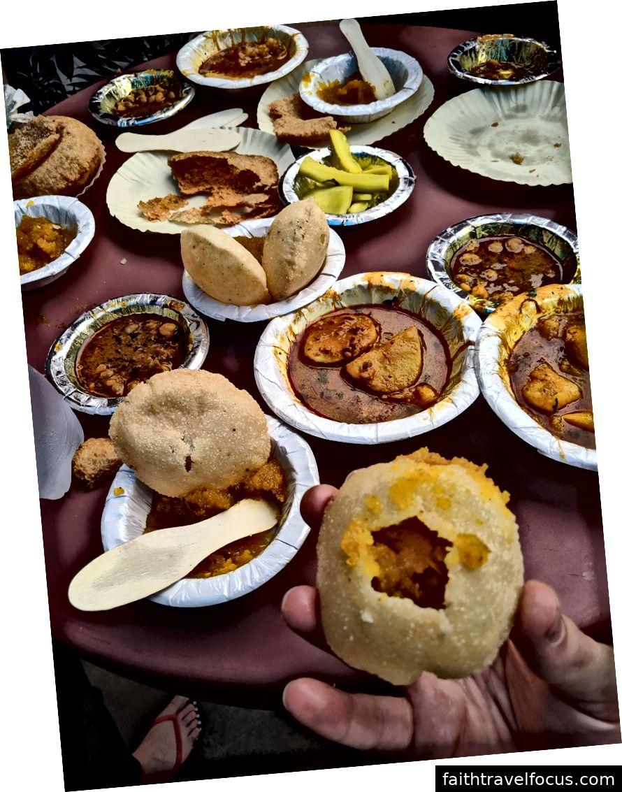 Old Delhi Street. Venter på mad. Spise en ørken hvor du bryder åbent et hul og sæt fyldningen inde.