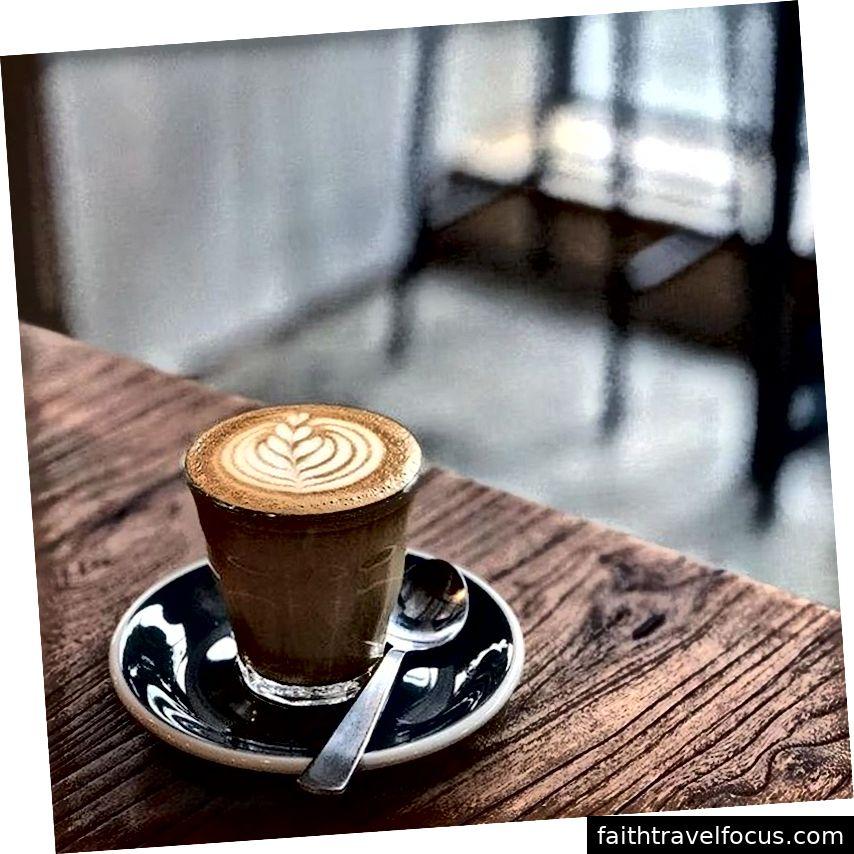 Layanan teh sore juga dapat ditemukan di toko-toko dan hotel di seluruh kota.