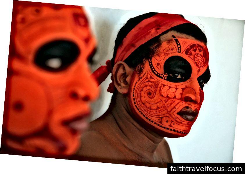 Theyyam artist med ansikts sminke