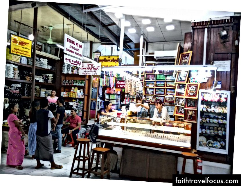 "Beveik visas ""Bogyoke Aung San Market"" parduotuves valdo moterys"