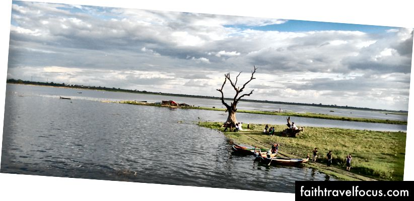 Вјенчање фотошопа поред Ирравадије у Мандалају