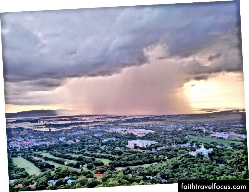 Iš lietaus išmirkytas vaizdas į miestą atsiveria iš Mandalajaus kalvos