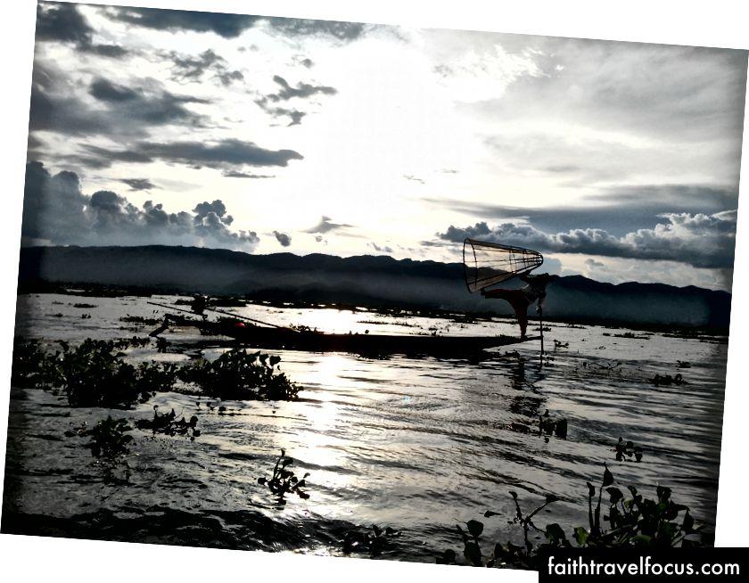 Garsūs Inlės kojų irklavimo žvejai sukuria puikų siluetą prieš leidžiantis saulei