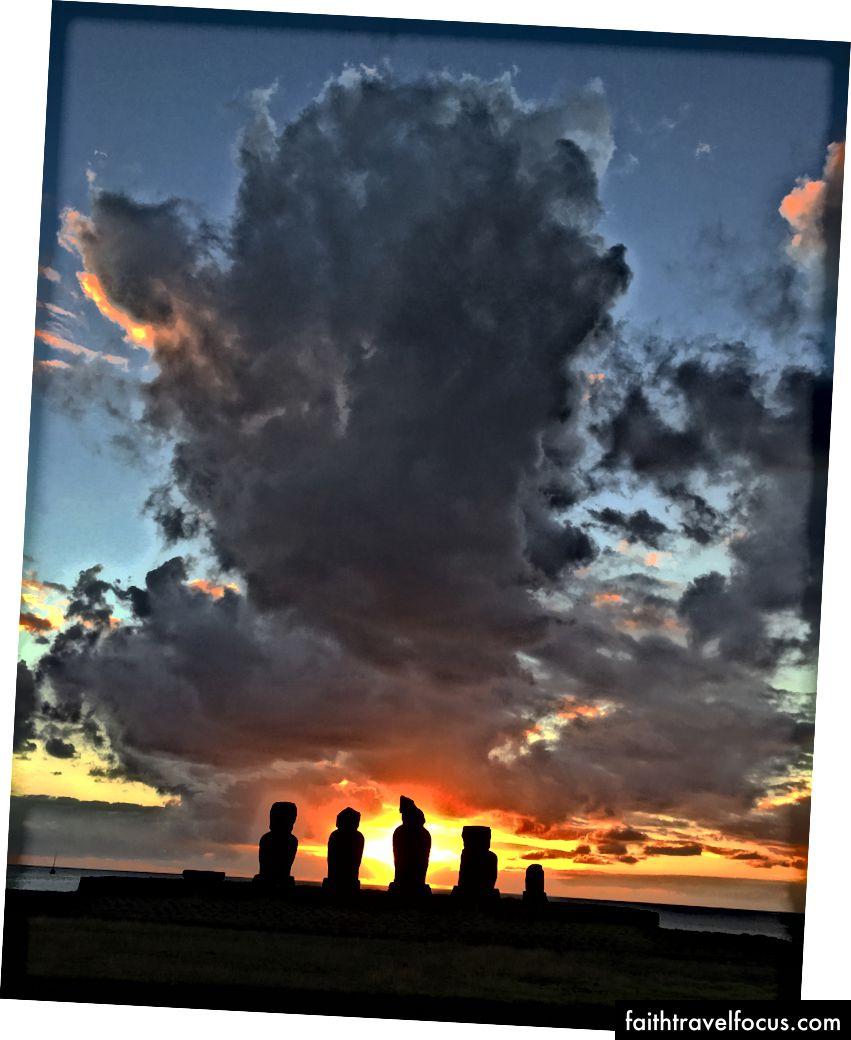 Огненный закат за линией статуй Моаи на острове Пасхи, Чили. Бен Ху
