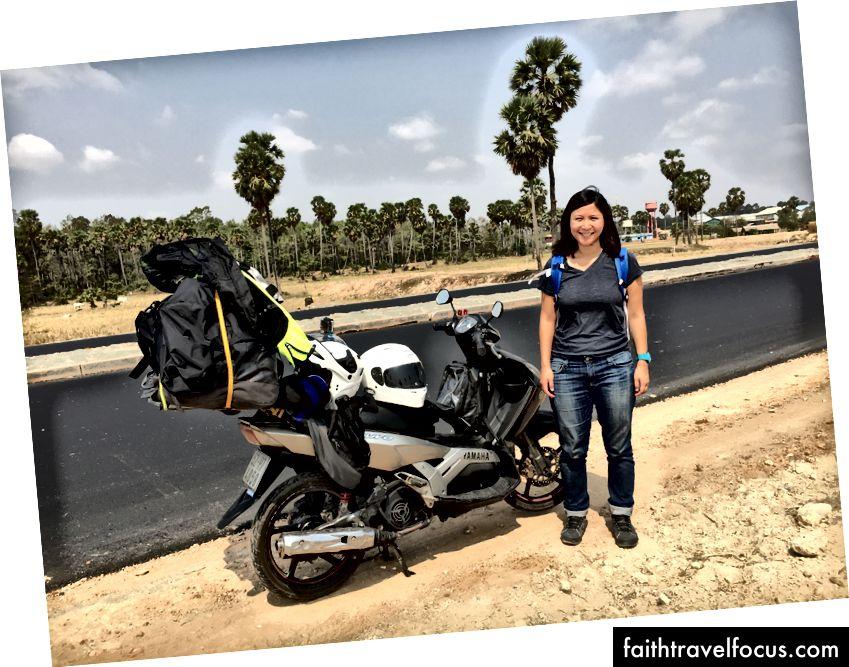 Делая пыльный перерыв на обочине новой дороги где-то в Камбодже. Бен Ху