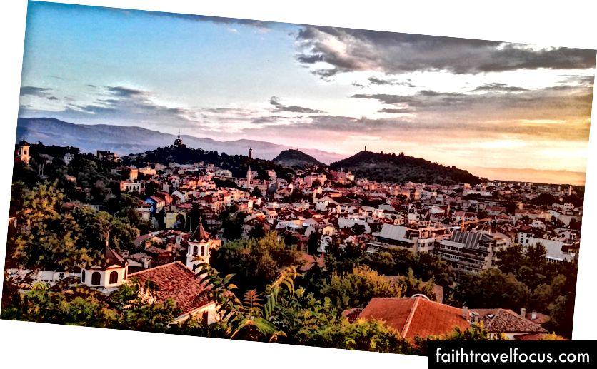 Sledovanie západu slnka zo starobylých ruín na kopci v Plovdive v štýle Game of Thrones.