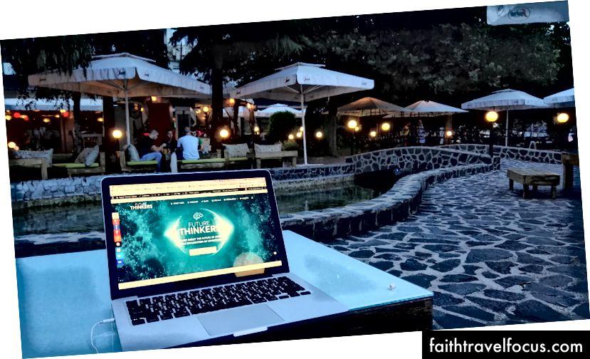 Posedenie s notebookom v jednej z mnohých vonkajších kaviarní v Plovdive