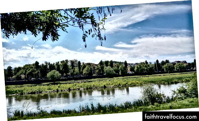 Берег реки Пловдив, где можно заняться бегом и велосипедом
