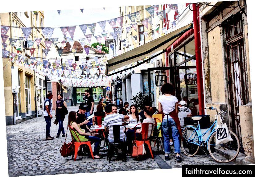 Skupina mladých ľudí visiacich v oblasti Kapana v Plovdive