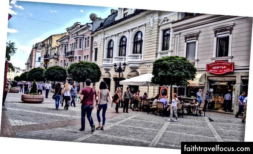 Pár sa prechádza po pešej ulici Plovdiv