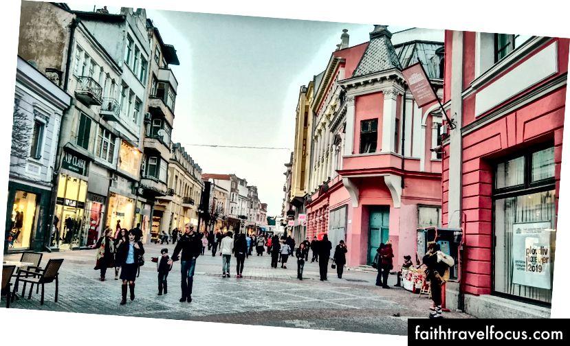 Plovdivská pešia ulica má mnoho obchodov a tiež pouličných hudobníkov, ako je tento chlapík napravo