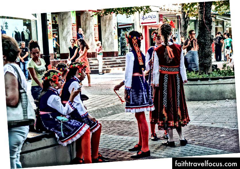 Маленькие танцоры в традиционных костюмах на пешеходной улице Пловдива