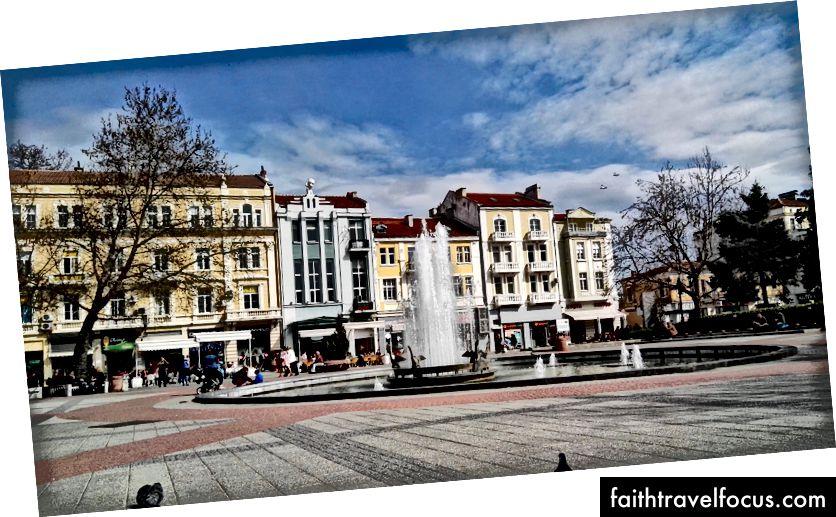На одной из центральных площадей в Пловдиве расположено множество кафе, магазинов, банков и бюро туристической информации.